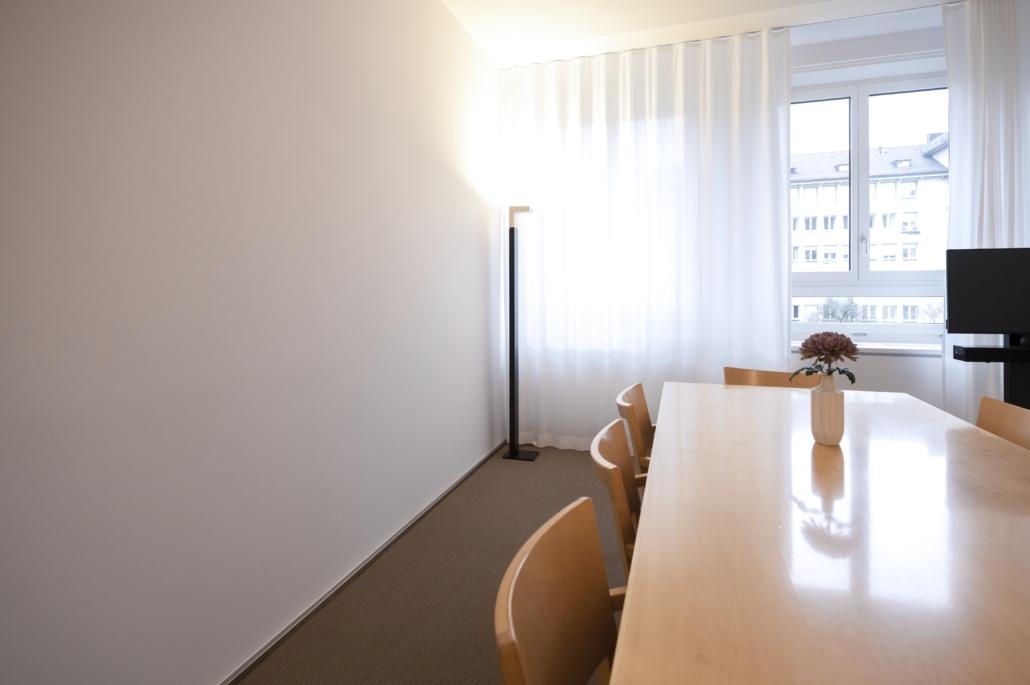 ipTrade_Stehleuchte_Sitzungszimmer